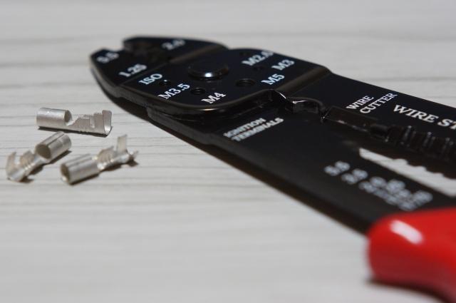 圧着ペンチまたは電工ペンチ