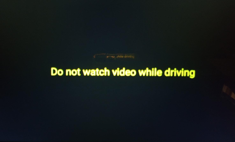 運転中はビデオを見ないでください